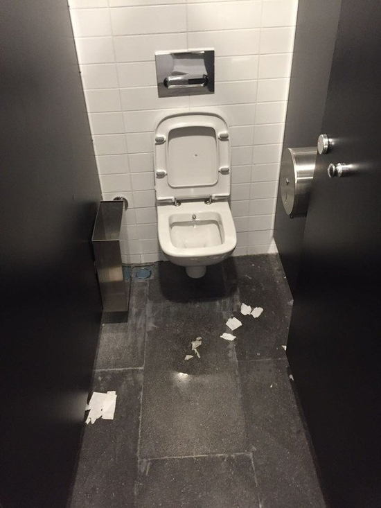 Galatasaray taraftarları Vodafone Arena'da tuvaletleri kırdılar