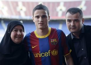 apresentação afellay barcelona ao lado da mãe habiba e do irmão ali.