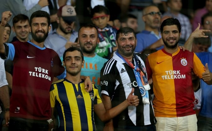 ZİRVEDEKİ TARAFTAR GRUBU...