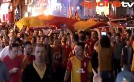 Galatasaray taraftar� Taksim'i istila etti