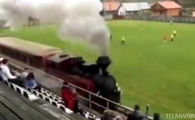 Slovakya'da ak�l almaz bir olay! Sahan�n i�erisinden tren ge�ti