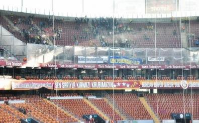 Fenerbahçe tribününde G.Saray için özel bir pankart açıldı!..