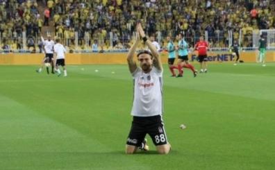 ..Ve Caner, Kadıköy'de Beşiktaş taraftarının önünde diz çöktü