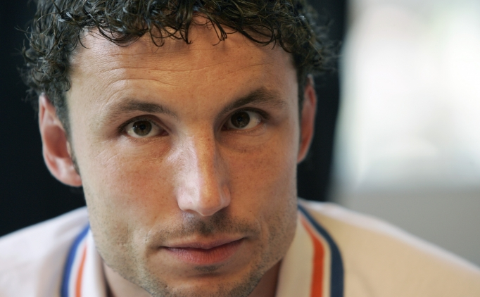 Fc bayern münchen captain mark van bommel has ended any speculation about his future by agreeing a new deal that will
