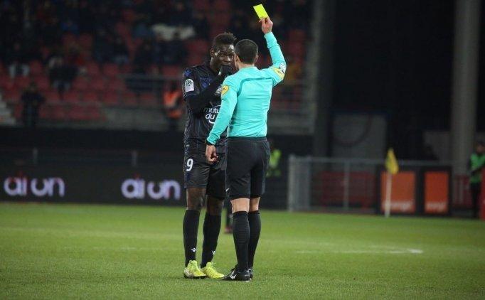 Balotelli ırkçı tezahüratlara kızdı, sarı kart gördü!