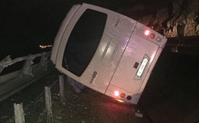 Beşiktaş taraftarını taşıyan otobüs refüje devrildi: 8 yaralı