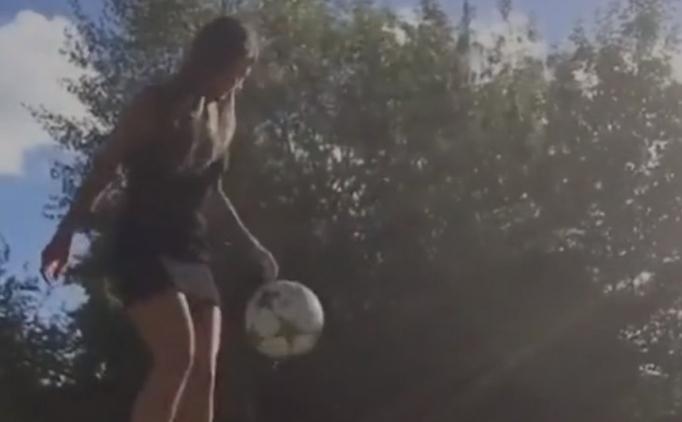 Mini etek ve topuklu ile futbol şov