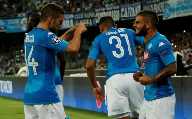 Napoli, Sneijder ve Balotelli'siz Nice'i rahat geçti