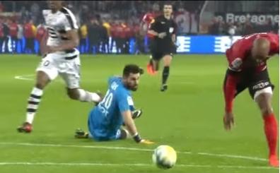 Hiç kaleciyi geçtikten sonra takla atan futbolcu gördünüz mü?