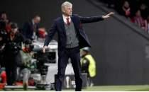 Arsene Wenger maçlara korumayla çıkmış