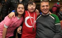 Fikret Orman şampiyon olan down sendromlu çocuklarla!..